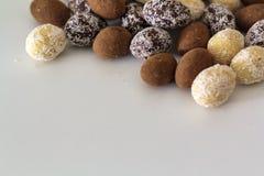 Cacao, blanc, et amandes foncées de chocolat sur la table blanche photos libres de droits