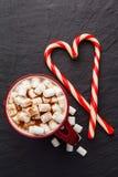 Cacao caldo con la caramella gommosa e molle ed i bastoncini di zucchero Vista superiore Immagine Stock