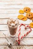 Cacao caldo con la caramella gommosa e molle su fondo rustico bianco Vista superiore Fotografia Stock Libera da Diritti
