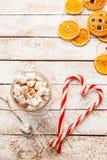 Cacao caldo con la caramella gommosa e molle su fondo rustico bianco Vista superiore Fotografie Stock