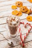 Cacao caldo con la caramella gommosa e molle su fondo rustico bianco Vista superiore Fotografia Stock