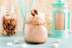 Cacao caldo con le caramelle gommosa e molle Dessert delizioso sparato nell'alta chiave I precedenti nel bokeh Immagine Stock