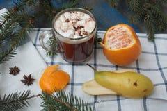 Cacao caldo di Natale con le caramelle gommosa e molle ed i pancake russi rami di albero, cannella e biscotti fotografia stock libera da diritti