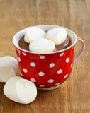 Cacao caliente con las melcochas, bebida dulce Foto de archivo libre de regalías