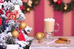 Cacao caliente con las melcochas en fondo de la Navidad Imagen de archivo