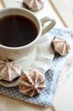 Cacao caliente con las melcochas en la tabla de madera imagen de archivo libre de regalías