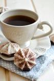 Cacao caliente con las melcochas en la tabla de madera fotografía de archivo libre de regalías