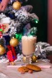 Cacao caliente con las melcochas en la tabla vieja en fondo de la Navidad Fotografía de archivo libre de regalías