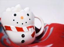 Cacao caliente con las melcochas en taza del muñeco de nieve Fotos de archivo libres de regalías