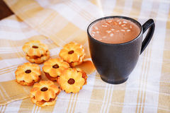 Cacao caliente con las melcochas y las galletas Fotografía de archivo libre de regalías