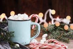 Cacao caliente con las melcochas y los bastones de caramelo Fotos de archivo libres de regalías