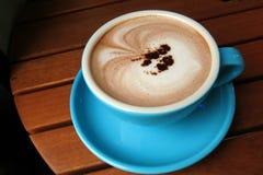 Cacao caliente en una taza fotografía de archivo libre de regalías