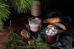 Cacao caliente sabroso en un aparador antiguo Imagen de archivo