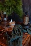 Cacao caliente sabroso en un aparador antiguo fotografía de archivo