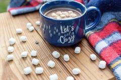 Cacao chaud avec des guimauves s'étendant sur la table Image libre de droits