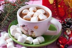 Cacao chaud avec des guimauves sur le fond rose Image stock