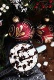 Cacao chaud avec les guimauves et la crème au chocolat image stock