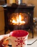 Cacao chaud par la cheminée image stock