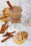 Cacao con i biscotti della cannella su fondo bianco immagini stock