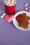 Cacao con le caramelle gommosa e molle ed i biscotti del pan di zenzero fotografia stock libera da diritti