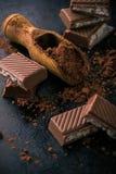 Cacao con pocos pedazos de chocolate con el relleno cremoso Imagenes de archivo