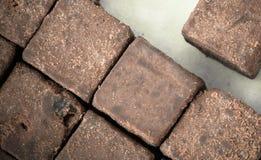 cacao crudo orgánico - probando los cubos sanos del caramelo - modele la opinión superior de la textura del adorno Fotos de archivo