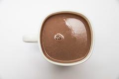 Cacao dans une tasse blanche photo stock