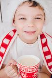 Cacao de boissons de garçon dans une tasse Photographie stock