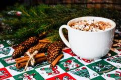 Cacao de chapeau avec la guimauve sur le fond de Noël Photographie stock