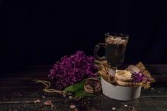 Cacao de chocolat chaud dans une tasse en verre Images stock