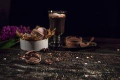 Cacao de chocolat chaud dans une tasse en verre Photographie stock libre de droits