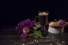 Cacao de chocolat chaud dans une tasse en verre Photos stock