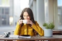 Cacao de consumición de la mujer turística feliz en el café de la ciudad Fotografía de archivo