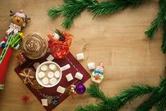 Cacao de la Navidad con la melcocha y las galletas hechas en casa Imagenes de archivo