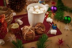 Cacao de la Navidad con la melcocha y las galletas hechas en casa Fotografía de archivo libre de regalías