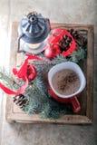 Cacao de la Navidad en taza en la bandeja de madera Imágenes de archivo libres de regalías