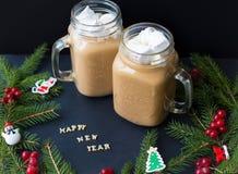 Cacao de Marshmellou, árbol de navidad con las decoraciones en un fondo negro La Feliz Año Nuevo de la inscripción Fotos de archivo libres de regalías