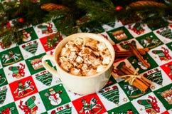 Cacao del cappuccio con la caramella gommosa e molle sul fondo di Natale Fotografia Stock