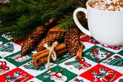 Cacao del cappuccio con la caramella gommosa e molle sul fondo di Natale Fotografie Stock