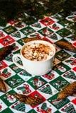 Cacao del casquillo con la melcocha en fondo de la Navidad imagen de archivo libre de regalías