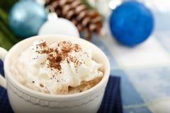 Cacao del chocolate caliente en fondo azul Imagenes de archivo