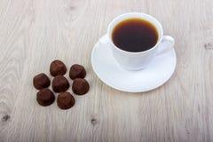 Cacao del tartufo del dessert e tazza di caffè fotografie stock libere da diritti