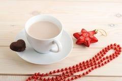 Cacao en una taza con las galletas de microprocesador de chocolate Fotografía de archivo