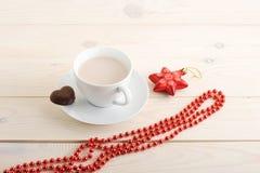 Cacao en una taza con las galletas de microprocesador de chocolate Imagenes de archivo