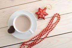 Cacao en una taza con las galletas de microprocesador de chocolate Fotos de archivo libres de regalías