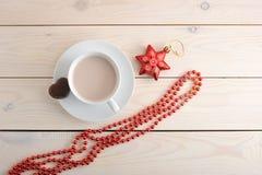 Cacao en una taza con las galletas de microprocesador de chocolate Fotos de archivo