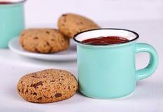Cacao et gâteaux aux pépites de chocolat chauds photographie stock libre de droits