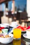 Cacao, jus, muesli et fruits pour le petit déjeuner à a Photographie stock libre de droits