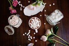 Cacao met heemst en bloemen stock foto's