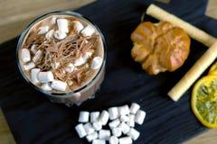 Cacao met heemst in rotsglas op een houten zwart dienblad met cake en citroen Close-up hoogste mening stock afbeelding